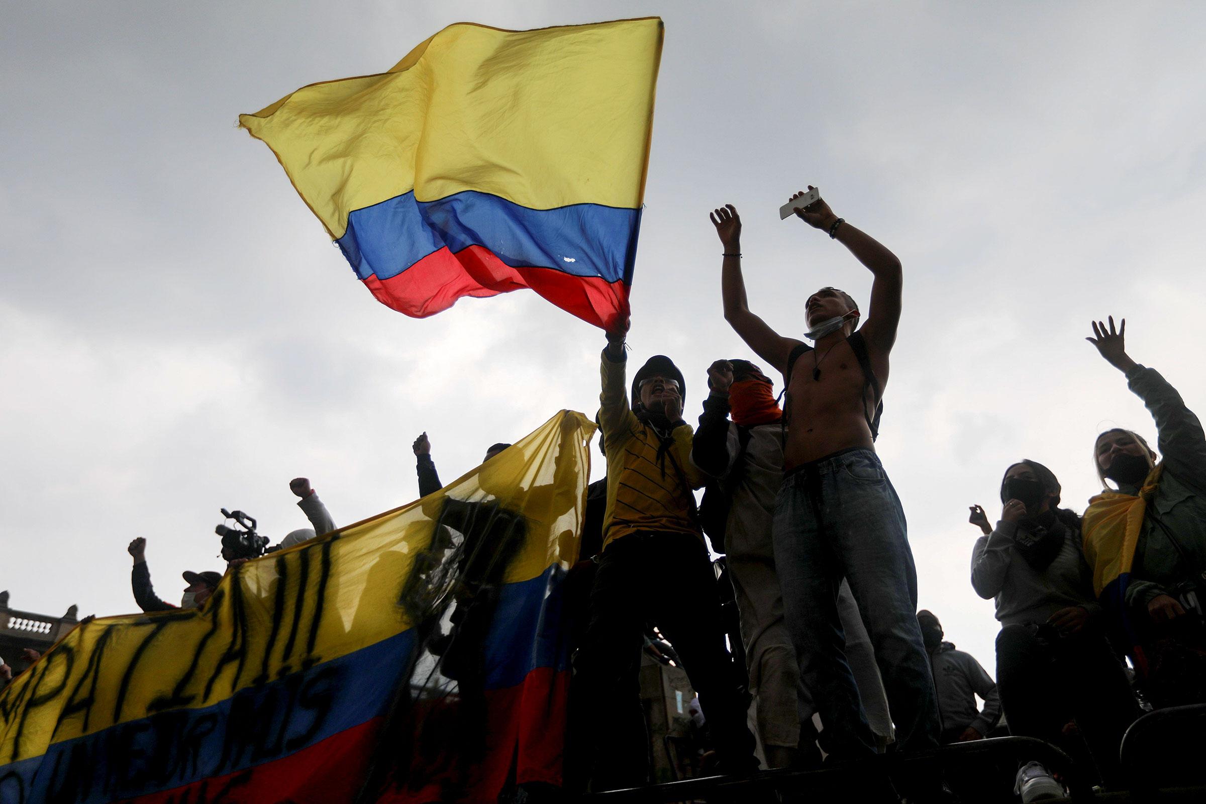 Manifestantes en Bogotá, Colombia el primero de mayo de 2021. Luisa Gonzalez/Reuters/Alamy