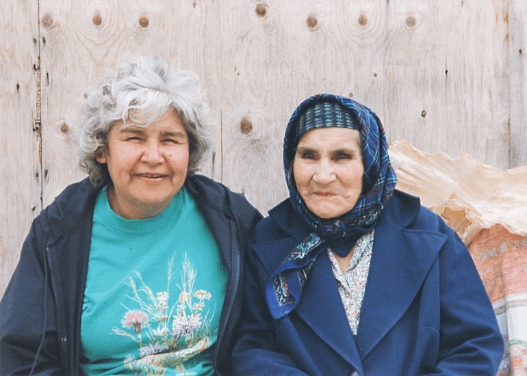 Agnes Morgan (left) and her mother, Hilda Diamond, in 1998. Courtesy of Shaunna Morgan Siegers
