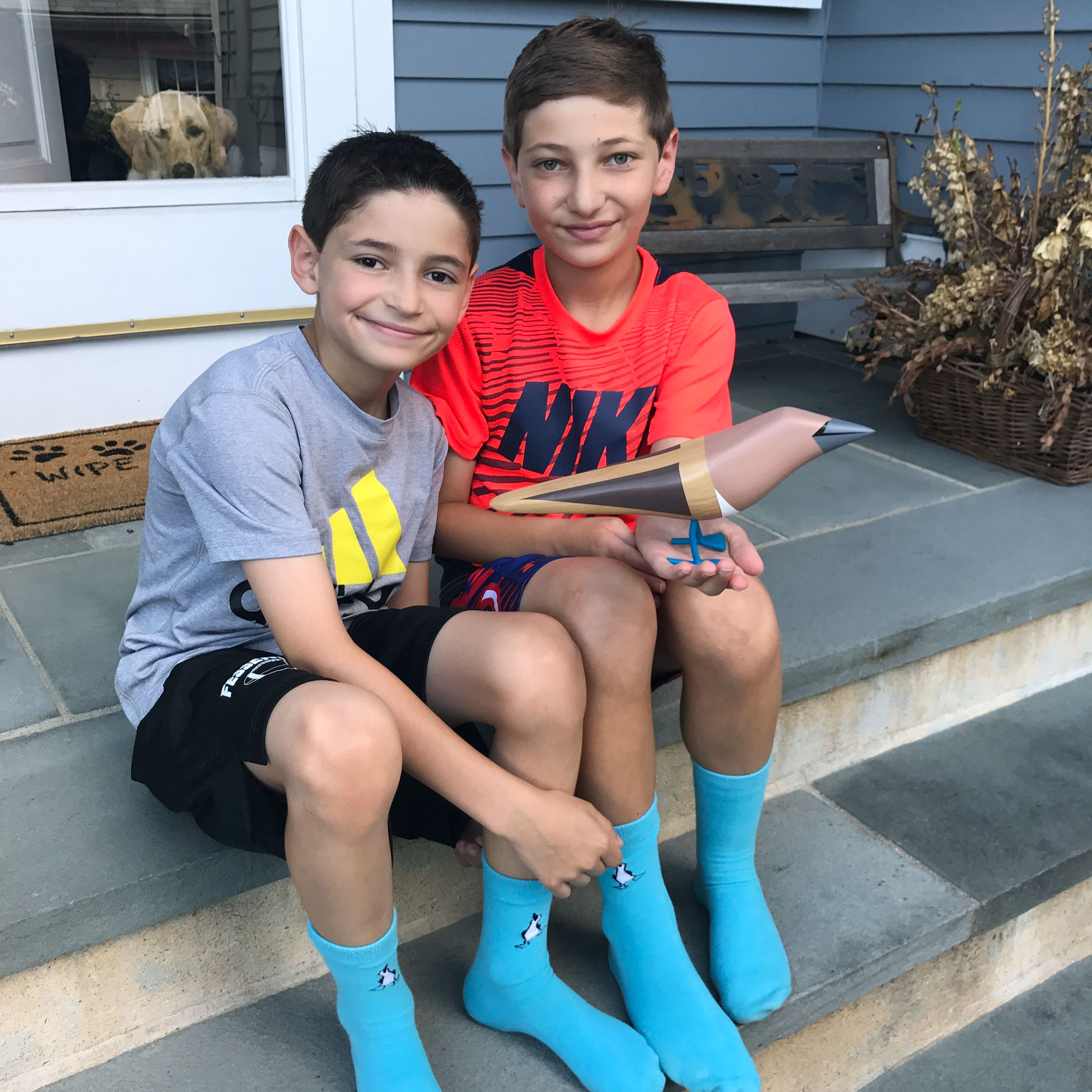 Matthew (left) and Will (right) Gladstone, founders of the Blue Feet Foundation. Will is holding a sustainable sculpture gifted to him by Mexican artist Davit Nava. Courtesy of Will Gladstone