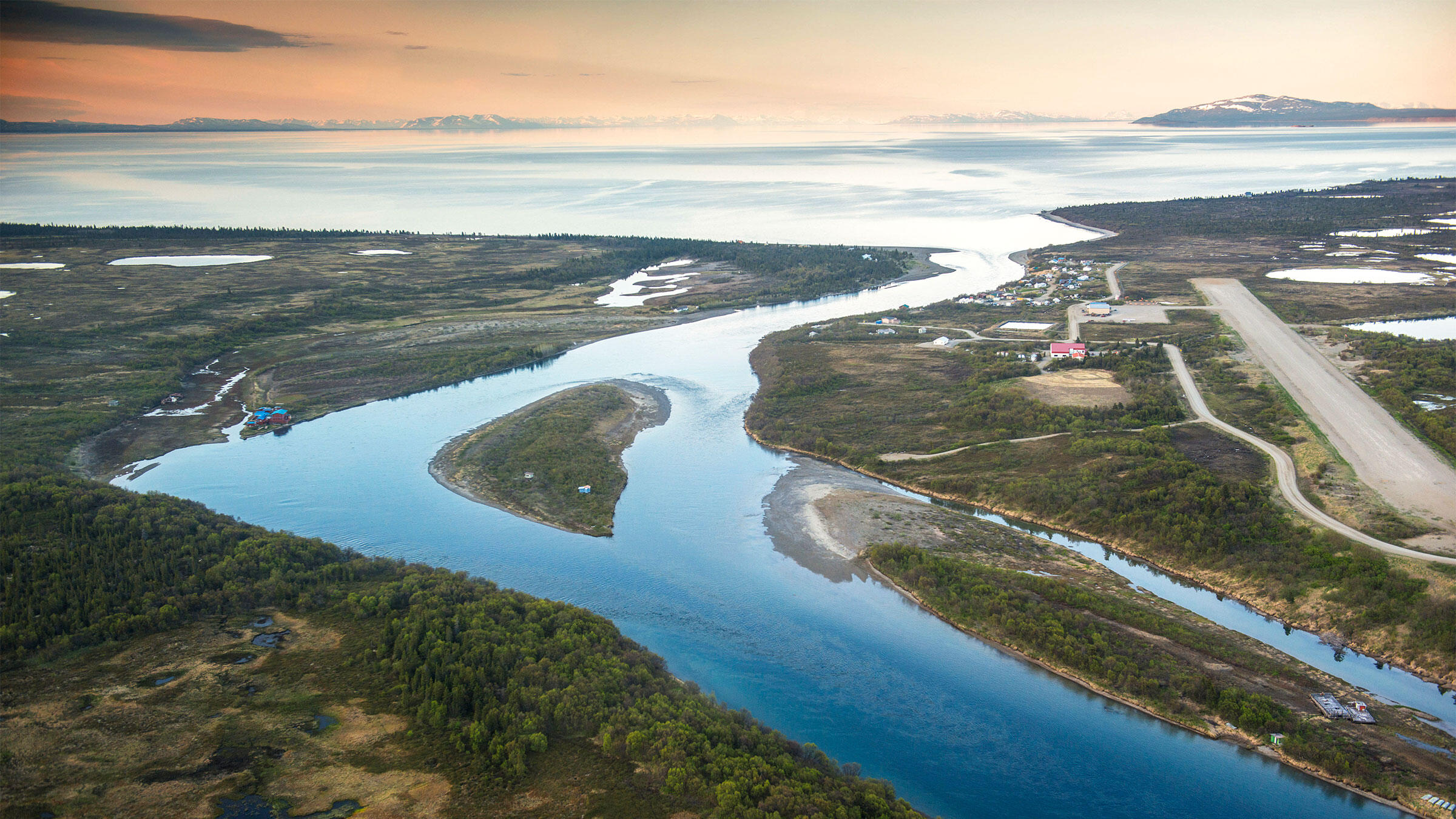 Kvichak River and the village of Igiugig on Lake Iliamna, Bristol Bay, Alaska. Design Pics Inc/Alamy