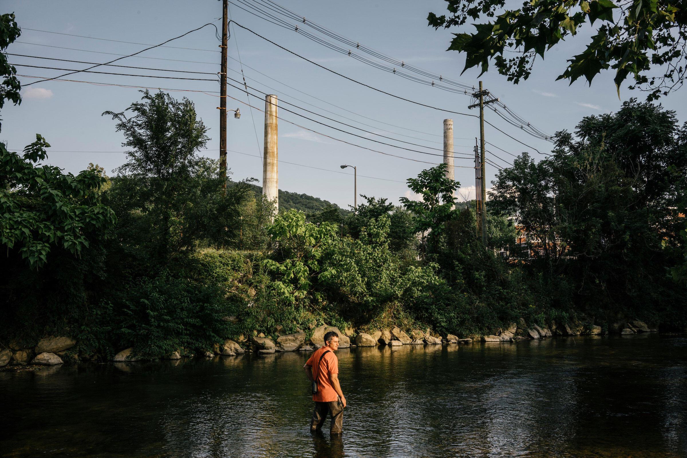 El ornitólogo Dan Cristol de pie en el South River, el cual fue contaminado con mercurio proveniente de la antigua planta de DuPont en Waynesboro, Virginia.