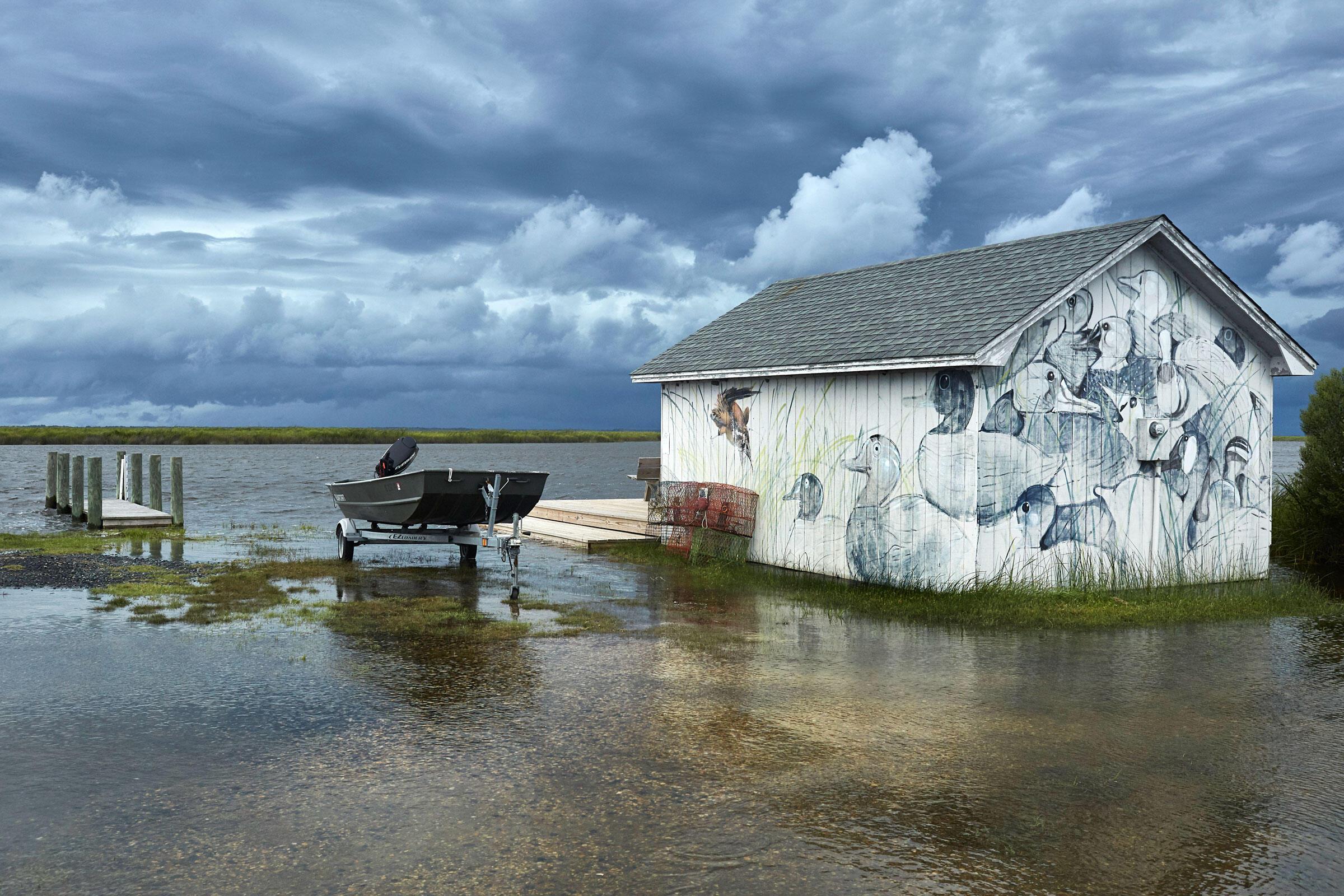 Un cobertizo para lanzas en una parte proclive a las inundaciones de Pine Island recuerda el pasado de caza de aves acuáticas de la zona.