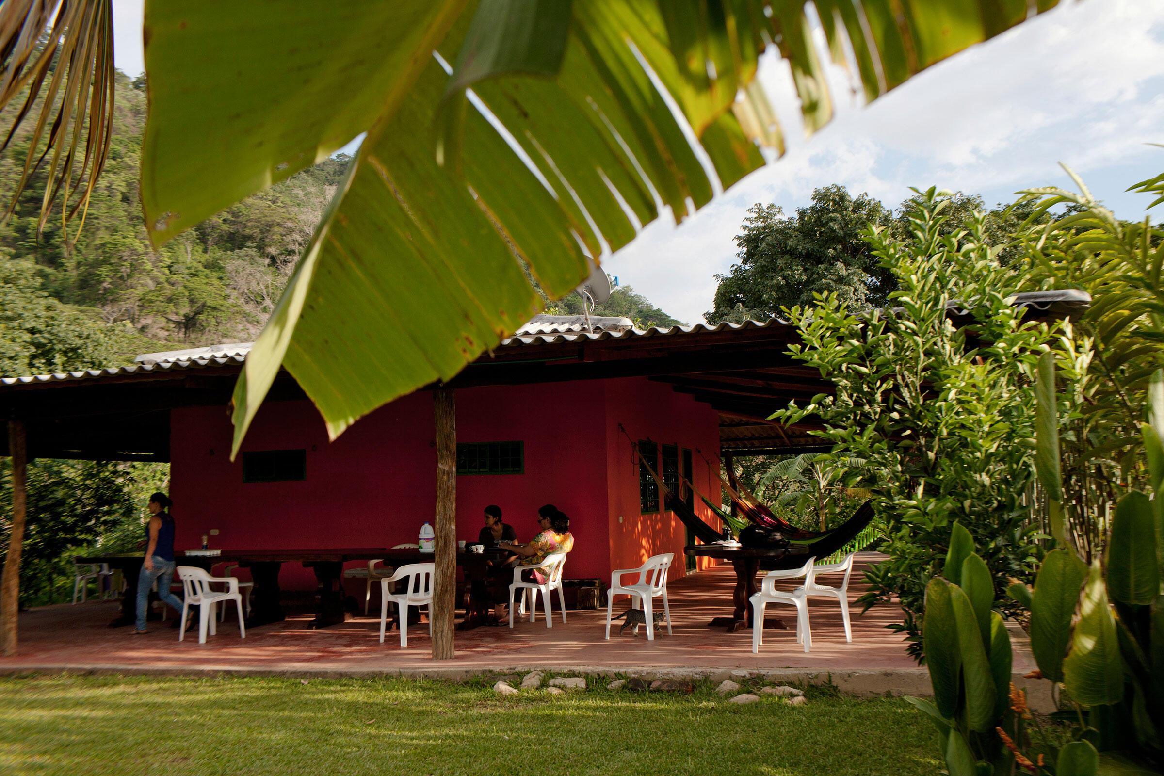 Los biólogos colombianos Gloria Lentijo y Patricia Falk planean la expedición de avistaje de aves del día siguiente en la terraza en Villa Adelaida. Carlos Villalón