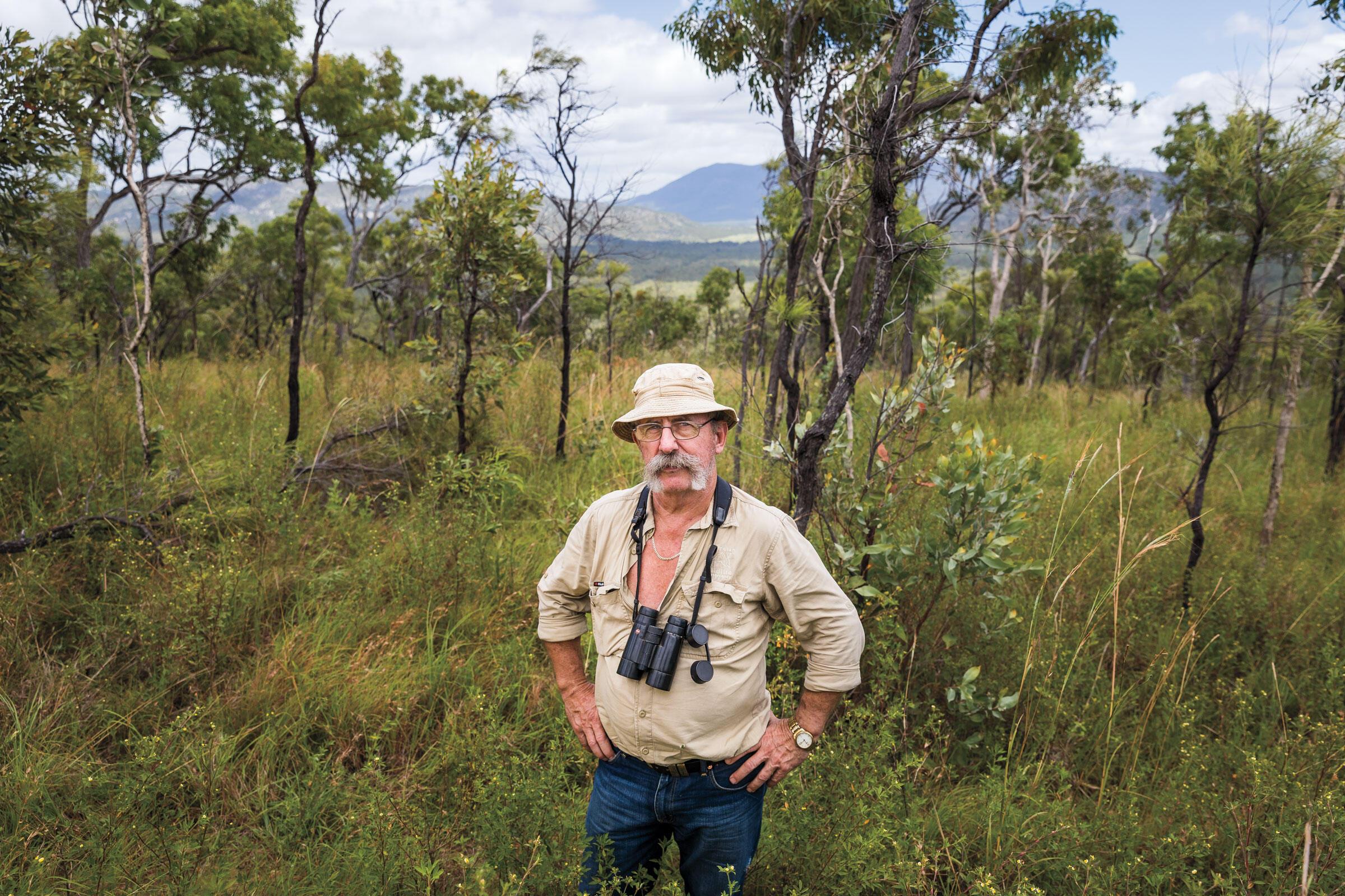 """John Young, también conocido como el """"detective de vida silvestre"""", recorrió el interior remoto y semiárido de Australia (outback) durante más de dos décadas en busca del esquivo Perico Nocturno."""