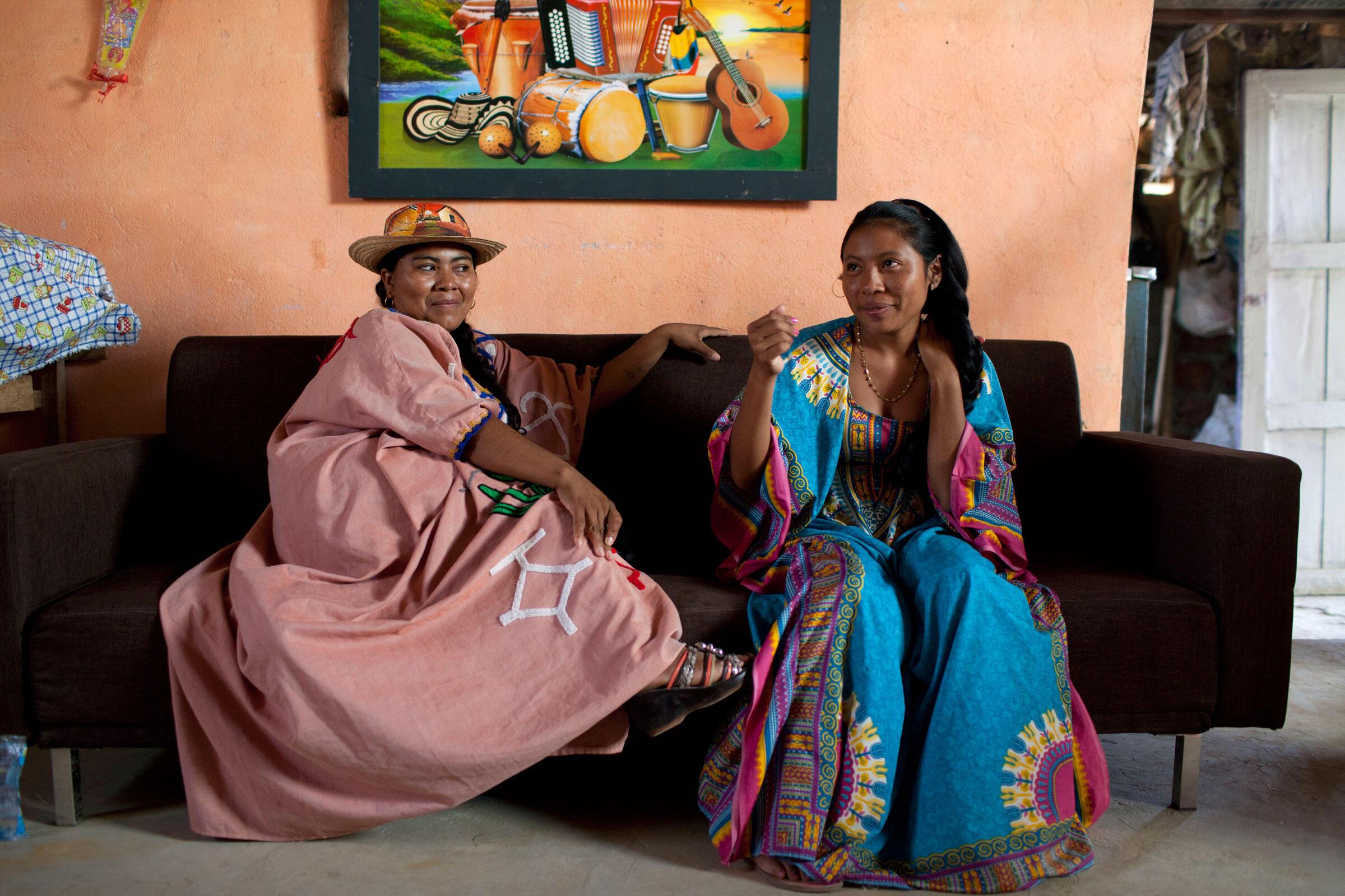 Los estudiantes para guía de aves de Audubon, Sandra María Uriana (izquierda) y Yerlis Pushaina (derecha), en una típica casa wayúu en el Santuario Los Flamencos en La Guajira. Carlos Villalón