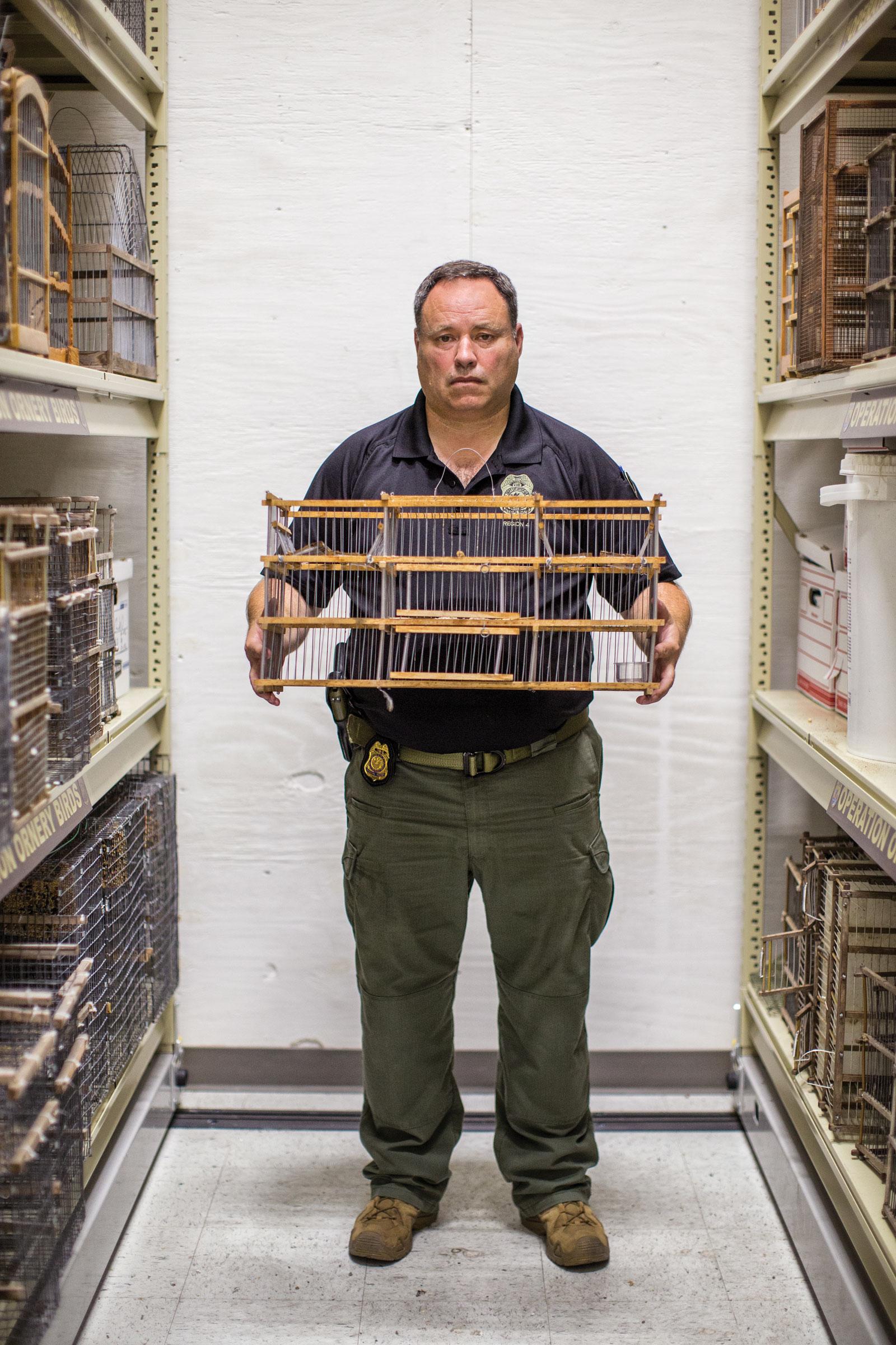 El agente del Servicio de Pesca y Vida Silvestre de los EE. UU., David Pharo, sostiene el tipo de trampa que suelen utilizar los traficantes.